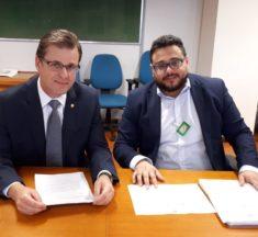 Presidente do Sinagências e deputados Leonardo Quintão e Danilo Forte discutem sobre o PL 6621/2016